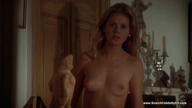 金髪の女の子ショー膣アップ近くとmasturbates 女子 セックス 動画